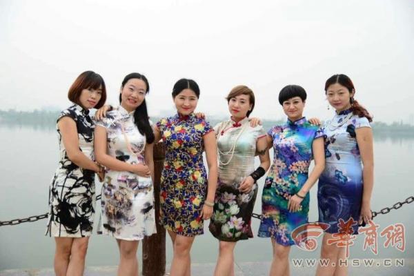多人_旗袍美女相约汉江 旗袍会成员达700多人