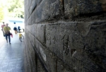 """西安城墙被人划伤""""脸"""" 市民呼吁要惩治这些人 - 华商网"""