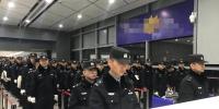 西安130名特警包机出国押犯 - 西安网