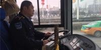 西安一乘客上车手提油桶 司机警觉果断拒载 - 华商网