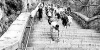励志!残疾小伙用11小时在家人陪伴下倒立登上泰山 - 西安网